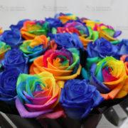 Радужная, синяя роза в букетах, доставка в СПб