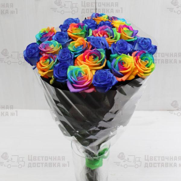 Синие и радужные розы в букете СПб