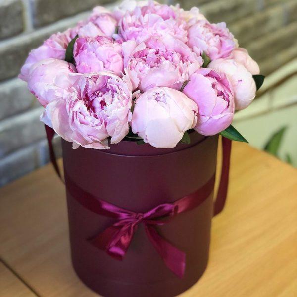 Букеты из розовых пионов в шляпных коробках в СПб