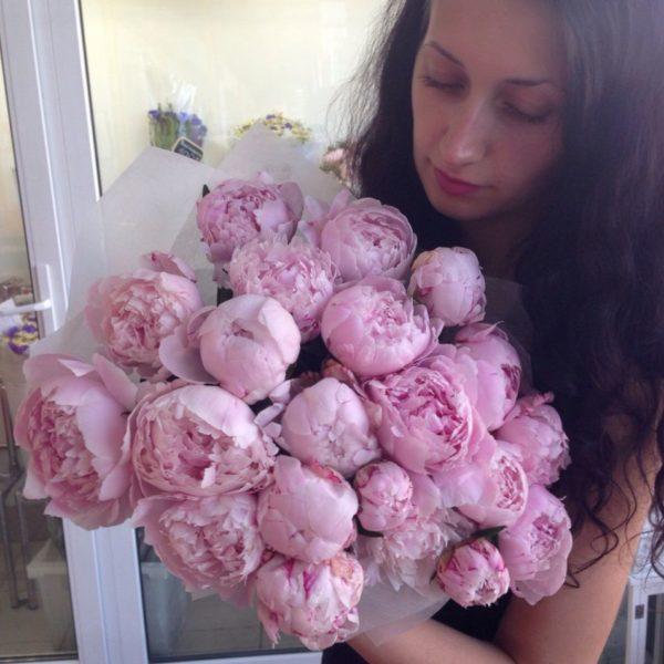 Букет розовых пионов и девушка