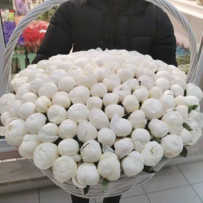 Доставка белых пионов в корзине