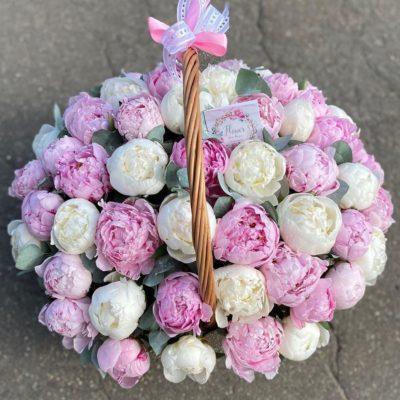 Корзина белых и розовых пионов