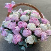 Корзина из белых и розовых пионов с доставкой